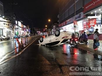 Tin tức tai nạn giao thông (TNGT) sáng 3/8: Ô tô lật giữa đường Sài Gòn, nhiều người may mắn thoát chết