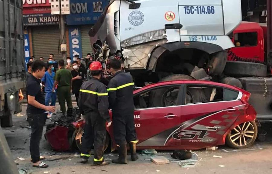 Tin tức tai nạn giao thông sáng 4/8: Ô tô con bị container chèn qua trong lúc đang chờ đèn đỏ, 4 người trọng thương, tiên lượng khó qua khỏi