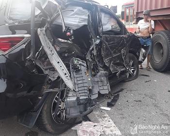Tin tức tai nạn giao thông sáng 6/8: Đối đầu container, xe 7 chỗ bị vò nát, 2 trẻ nhỏ thương vong