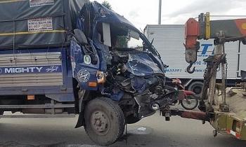Tin tức tai nạn giao thông (TNGT) chiều 6/8: Xe tải nát đầu vì tông xe khách, phụ xe kẹt trong cabin, phải dùng xà beng giải cứu