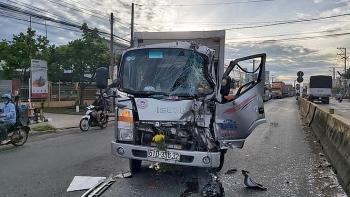 Tin tức tai nạn giao thông (TNGT) chiều 7/8: Tông đuôi xe tải dừng chờ đèn đỏ, tài xế gãy chân và kẹt cứng trong cabin