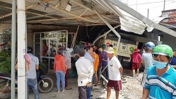 Tin tức tai nạn giao thông (TNGT) chiều 8/8: Xe ben mất lái lao lên vỉa hè đâm gãy trụ điện, tông sập 3 nhà dân