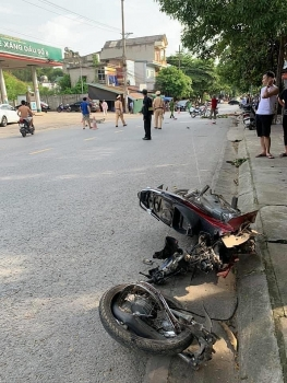 Tin tức tai nạn giao thông sáng 10/8: Xe máy đứt đôi, thí sinh nguy kịch sau va chạm với taxi