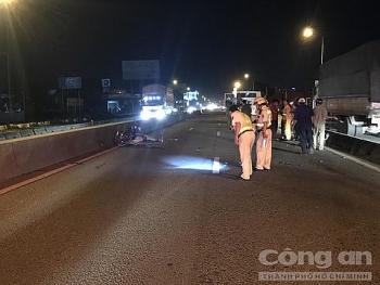 Tin tức tai nạn giao thông sáng 11/8: Chạy xe máy vào làn ô tô, một người bị xe container tông chết lúc nửa đêm