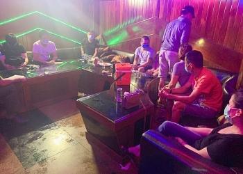 """Tin tức pháp luật trong ngày: Cảnh sát đột kích bất ngờ, """"hốt gọn"""" 24 nam nữ phê ma túy trong phòng karaoke ở Đà Nẵng"""