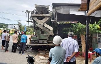 """Tin tức tai nạn giao thông sáng 14/8: Ngồi ăn trong quán bánh xèo ven đường, 5 người bị xe trộn bê tông băng qua """"hốt gọn"""""""