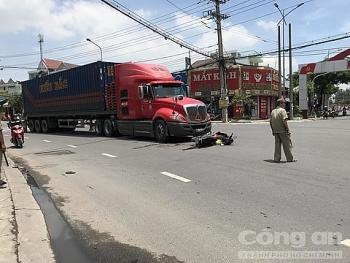 Tin tức tai nạn giao thông (TNGT) nóng nhất chiều 15/8: Container tông rồi kéo lê xe máy, một phụ nữ bị cán qua người thương tâm