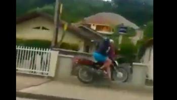 Tin tức tai nạn giao thông (TNGT) nóng nhất chiều 18/8: Hai thanh niên bốc đầu xe máy húc thẳng vào tường rào, lộn cổ ngã sấp mặt