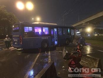 Tin tức tai nạn giao thông (TNGT) sáng 19/8: Xe buýt mất lái cày nát dải phân cách rồi nằm chắn ngang xa lộ Hà Nội