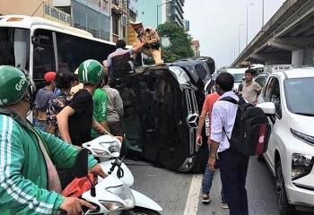 Tin tức tai nạn giao thông (TNGT) nóng nhất chiều 20/8: Đập cửa giải cứu tài xế mắc kẹt trong ô tô lật nghiêng giữa đường