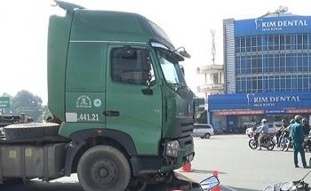 Tin tức tai nạn giao thông (TNGT) nóng nhất chiều 22/8: Truy tìm tài xế xe đầu kéo gây va chạm chết người rồi trốn khỏi hiện trường