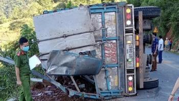 Tin tức tai nạn giao thông (TNGT) nóng nhất chiều 24/8: Xe tải lật khi đổ đèo, 2 mẹ con tử vong thương tâm