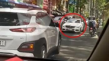 Mercedes chạy ngược chiều bị ô tô ép lùi lại đi đúng đường