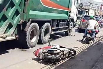 Tin tức tai nạn giao thông sáng 27/8: Xe chở rác chèn qua người rồi kéo lê cô gái đi xe máy trên quốc lộ