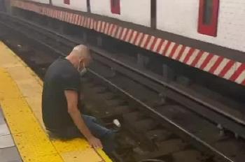 Video: Cứu kịp thời người đàn ông đi xe lăn ngã xuống đường ray tàu điện ngầm