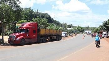 Tin tức tai nạn giao thông (TNGT) nóng nhất chiều 2/9: Mất lái khi cố vượt xe container, một nam thanh niên tử vong tại chỗ