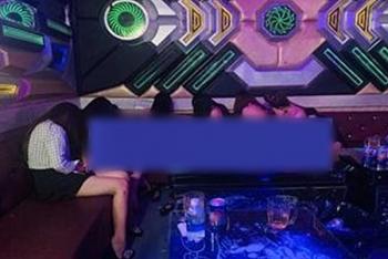 """Tin tức pháp luật nóng nhất trong ngày: Bắt quả tang nữ tiếp viên không mặc quần áo nhún nhảy phục vụ """"thượng khách"""" trong quán karaoke Dòng Đời"""