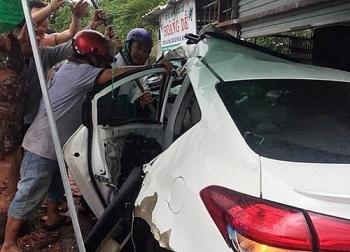 Tin tức tai nạn giao thông (TNGT) nóng nhất chiều 6/9: Xe 4 chỗ mất lái tông cây xăng rồi lao vào nhà dân, nhiều người nguy kịch