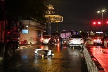 Tin tức tai nạn giao thông sáng 7/9: Ô tô 7 chỗ bất ngờ lao vào dòng xe đang chờ đèn đỏ trên đường phố Sài Gòn