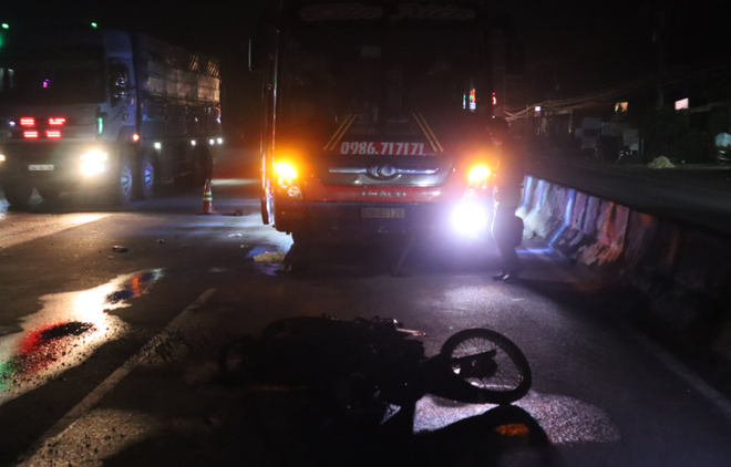 Tình hình tai nạn giao thông sáng 8/9: Xe khách giường nằm tông xe máy rồi kéo lê dưới gầm, một người tử vong