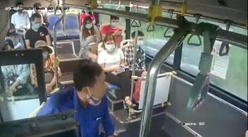 Video: Nam hành khách buông lời mạt sát, nhổ nước bọt vào mặt nhân viên xe buýt vì bị nhắc đeo khẩu trang
