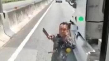 Tin tức tai nạn giao thông (TNGT) chiều 8/9: Tài xế container cầm dao chặt gương xe khách trên cao tốc TP.HCM - Trung Lương