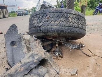Camera giao thông: Xe tải lọt hẳn xuống mương, bán tải rụng bánh văng xa hàng chục mét sau va chạm