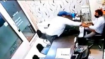 Video: Giả danh thợ kim hoàn tới học việc, bất ngờ ném ớt bột vào chủ tiệm rồi cướp vàng