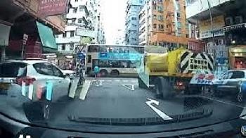 Camera giao thông: Xe bồn bất ngờ chồm lên đâm thẳng vào xe buýt, hành khách bị một phen hoảng hồn