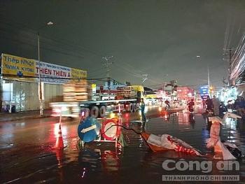 Tai nạn giao thông sáng 15/9: Xe máy sụp ổ gà trên đường ngập nước, bé gái 3 tuổi bị container cán tử vong