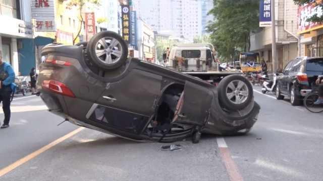 """Camera giao thông: Nữ tài xế mất lái, ô tô """"nằm phơi bụng"""" giữa phố"""