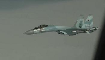 Video: Su-35 Nga nghiêng mình khoe bụng đầy vũ khí, Gripen Thụy Điển vội vã rời đi