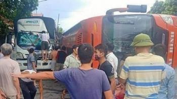 Tai nạn giao thông chiều 18/9: Xe tải lùi từ xưởng sửa chữa bất ngờ va trúng xe khách, 2 người bị thương nặng