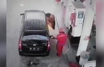 Camera giao thông: Ô tô phát nổ và bốc cháy dữ dội khi đang đổ xăng, tài xế vội nhảy ra ngoài thoát thân