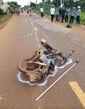 Tai nạn giao thông sáng 22/9: Ba người trên xe máy văng xuống đường sau va chạm, 1 người chết tại chỗ