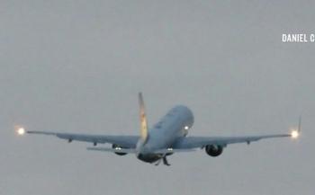 Video: Không lực Hai chở Phó Tổng thống Mỹ đâm phải chim tóe lửa, phải hạ cánh khẩn cấp