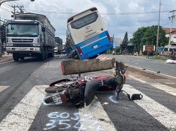 Tai nạn giao thông chiều 23/9: Xe khách tông chết người băng qua đường, giao thông hỗn loạn