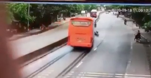 Camera giao thông: Xe khách phanh cháy lốp trên Quốc lộ để tránh xe đạp, sau đó lật nghiêng đè chết cụ bà