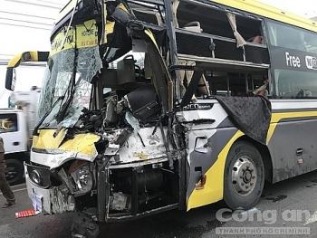 Tai nạn giao thông sáng 26/9: Xe giường nằm tông đuôi xe tải khiến tài xế tử vong, nhiều hành khách hoảng loạn la hét