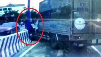 Camera giao thông: Ném đá vào xe tải, người đàn ông đi xe máy ngay lập tức nhận trả đũa