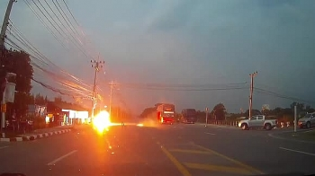 Camera giao thông: Chạm vào đường dây điện bị đứt, xe máy chở hai thầy trò phát nổ kinh hoàng