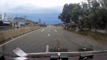 Tai nạn giao thông sáng 28/9: Xe cứu thương suýt tông vào máy cày đang sang đường
