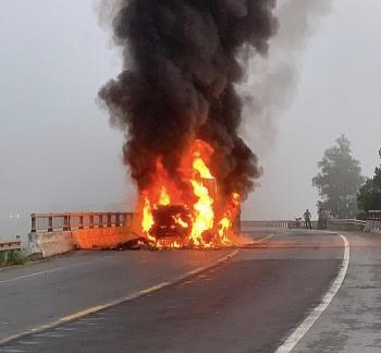 Tai nạn giao thông chiều 28/9: Xe container bốc cháy trên quốc lộ, tài xế hoảng loạn tháo chạy thoát thân