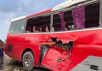 Tai nạn giao thông sáng 30/9: Công an vào cuộc xác định nguyên nhân vụ tàu hỏa đâm trúng xe 45 chỗ chở học sinh