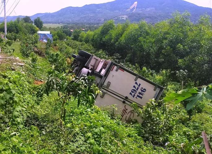 Tai nạn giao thông chiều 30/9: Dừng xe bên vệ đường để đi vệ sinh, tài xế ô tô tụt dốc tông tử vong