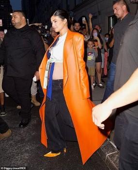 Bụng bầu vượt mặt vẫn không ngăn được em gái Kim Kardashian diện áo croptop
