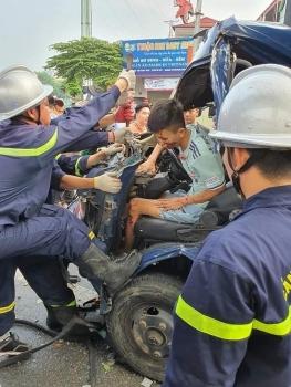 Tai nạn giao thông chiều 2/10: Cắt cabin ô tô, giải cứu tài xế mắc kẹt sau tai nạn kinh hoàng