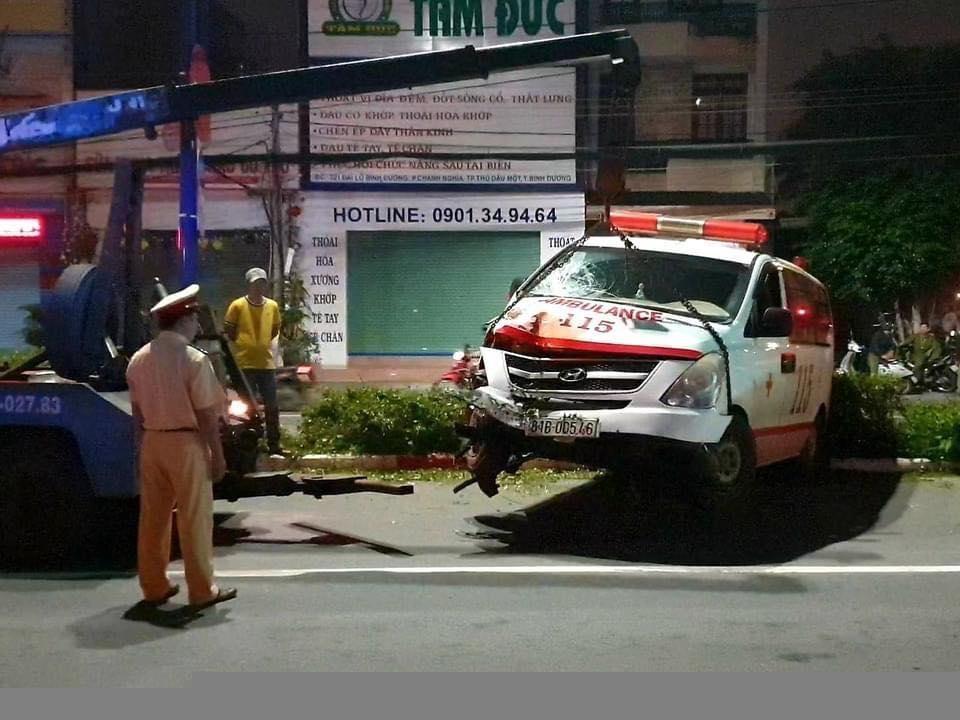 Tai nạn giao thông sáng 8/10: Xe cấp cứu tông xe máy qua đường giữa khuya, 1 người nguy kịch