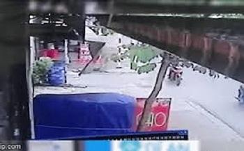 """Camera giao thông: """"Xế hộp"""" mới tậu tông trúng xe máy, 2 người tử vong"""