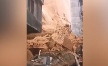 """Video: Lở núi kinh hoàng chôn vùi cả dãy nhà cao tầng, cảnh tượng như """"ngày tận thế"""""""